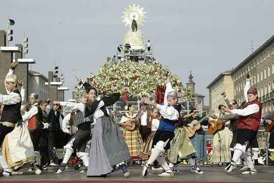 Bailando jotas frente a la Virgen
